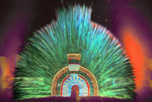 Foto del penacho de Moctezuma, un tocado de plumas.